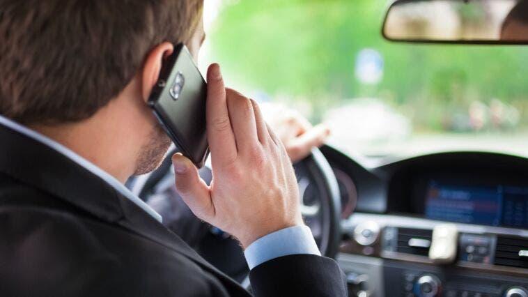 Multa a casa per guida con smartphone in mano regolare