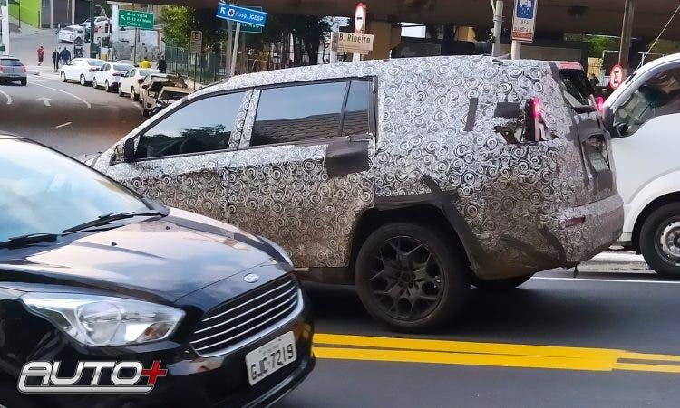 Nuova Jeep a sette posti meno camuffamento foto spia