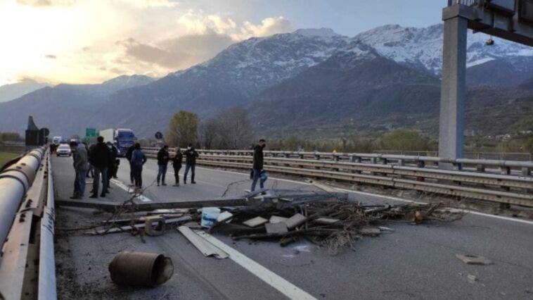 Protesta No Tav sull'autostrada Torino-Frejus