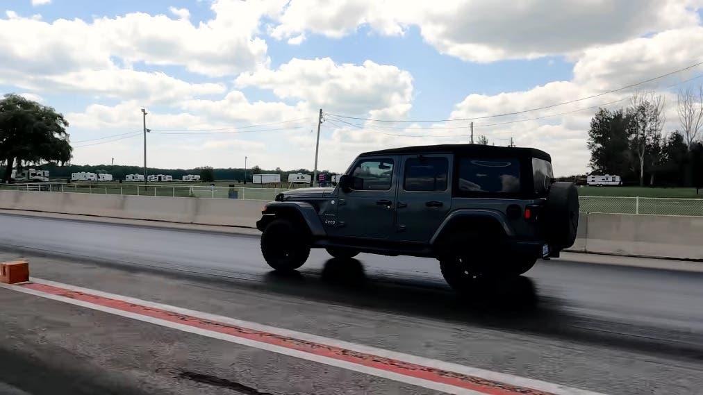 Jeep Wrangler vs Ford Bronco drag race