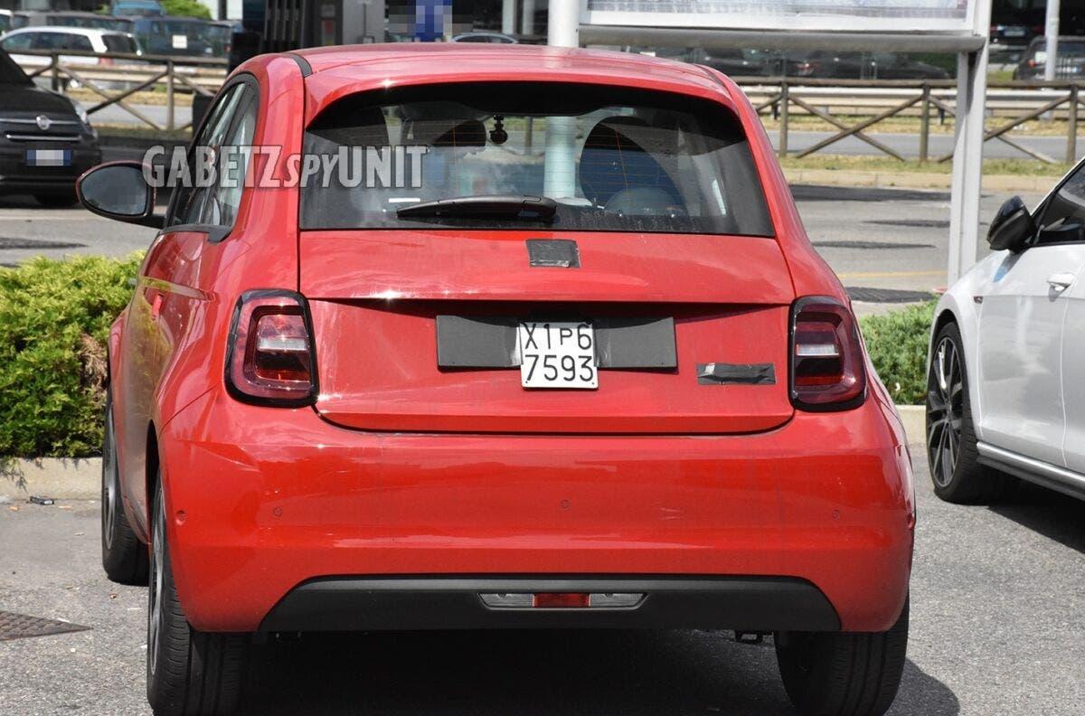 Nuova Fiat 500 Elettrica rossa foto spia