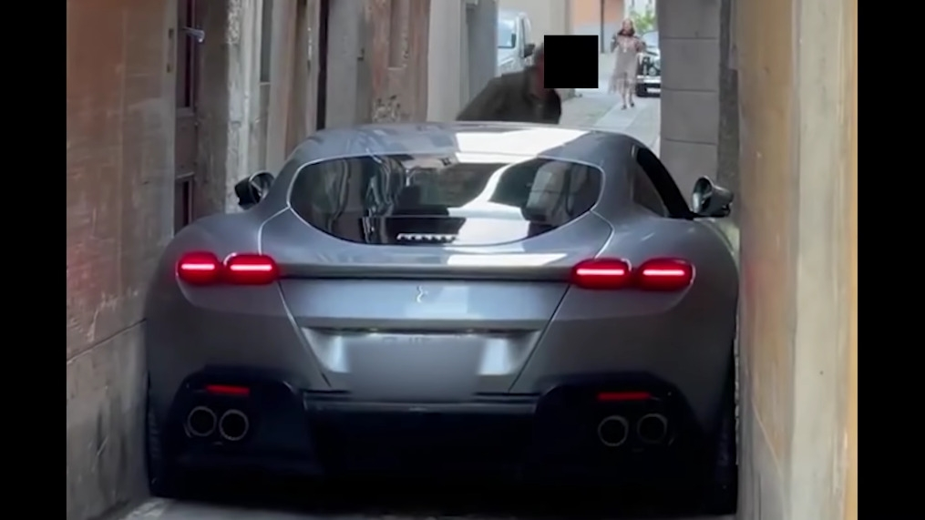 Ferrari Roma stradina stretta Italia