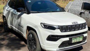 Jeep Compass 4xe foto spia Brasile