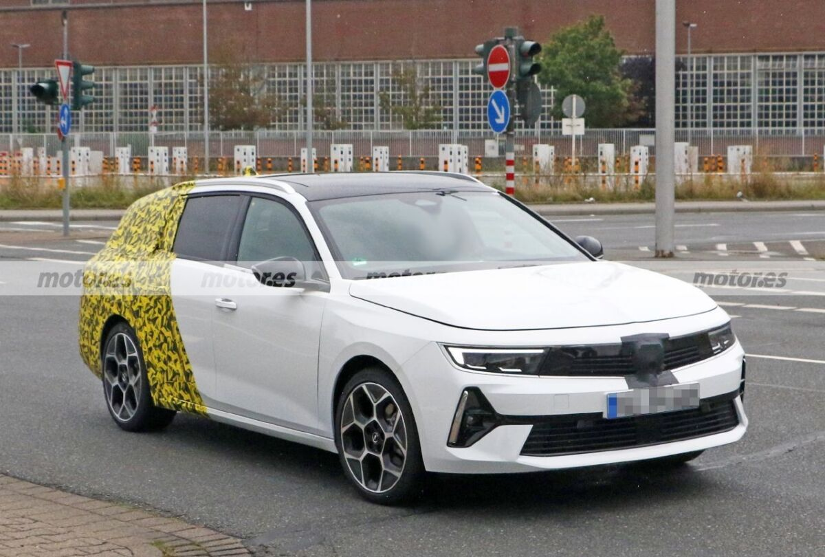 Opel Astra Sports Tourer 2023 ultime foto spia