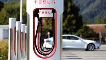 Auto elettrica invasione di Supercharger Tesla