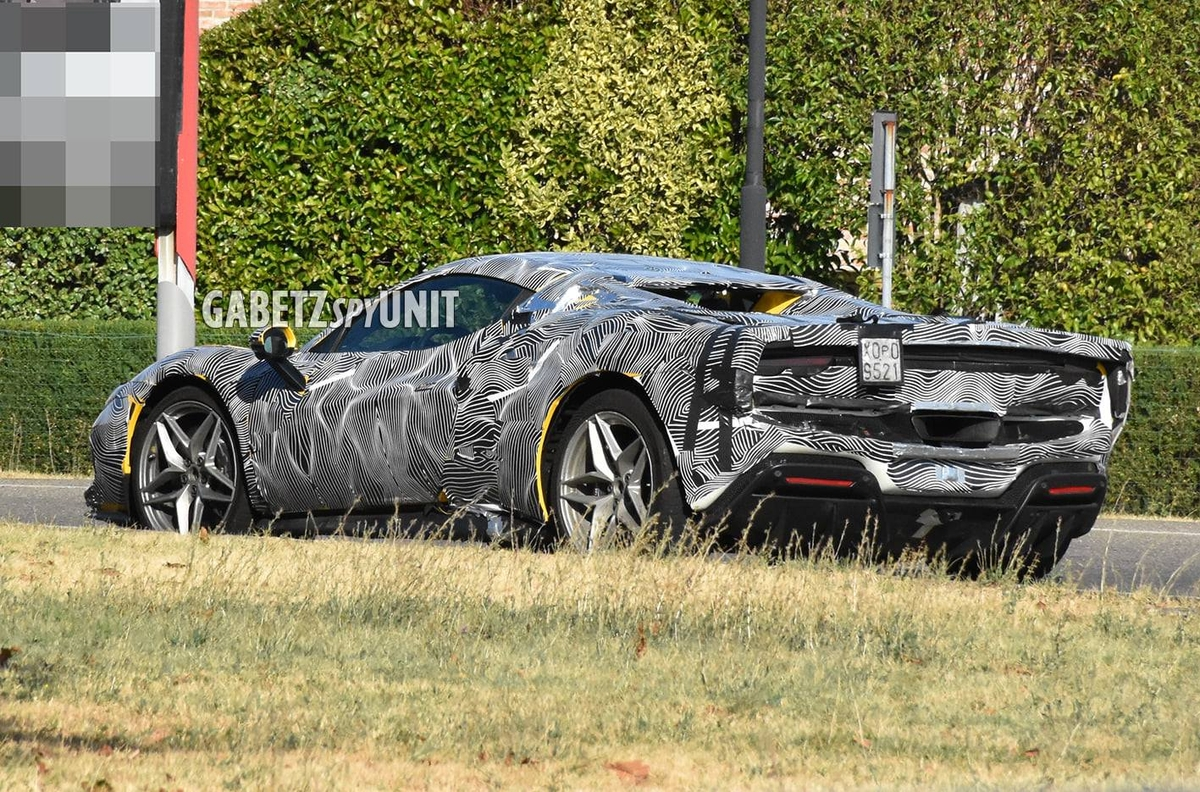 Ferrari 296 GTS nuovo prototipo camuffato foto spia